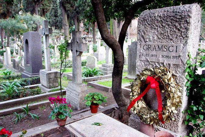 «36 hours in Rome», le tappe dell'itinerario suggerito dal New York Times nella Città Eterna: sopra, la tomba di Antonio Gramsci nel cimitero acattolico dietro la Piramide Cestia