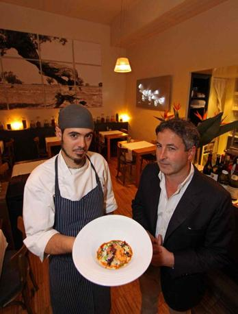 «36 hours in Rome», le tappe dell'itinerario suggerito dal New York Times nella Città Eterna: sopra, Marco Ledda (a destra) con un sous-chef del suo «Settembrini» (foto Jpeg)