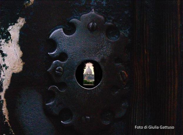 «36 hours in Rome», le tappe dell'itinerario suggerito dal New York Times nella Città Eterna: sopra, il buco nella serratura della chiesa del Cavalieri di Malta, che inquadra il Cupolone (foto Gattuso)