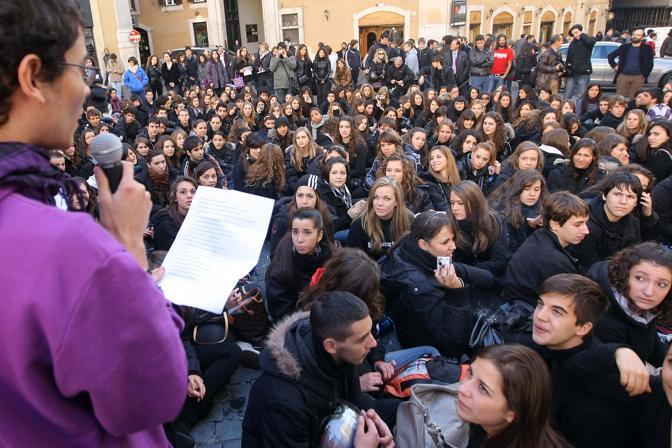 Gli studenti dei licei davanti al Parlamento (Lapresse)