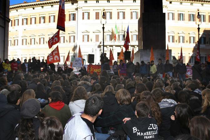La folla dei manifestanti a Montecitorio (Lapresse)