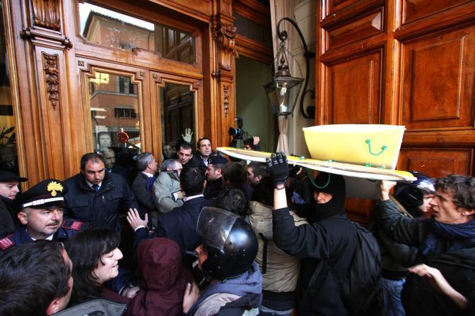 Gli studenti universitari scesi in piazza a Roma contro la riforma Gelmini sono entrati a Palazzo Mandama  (Jpeg)