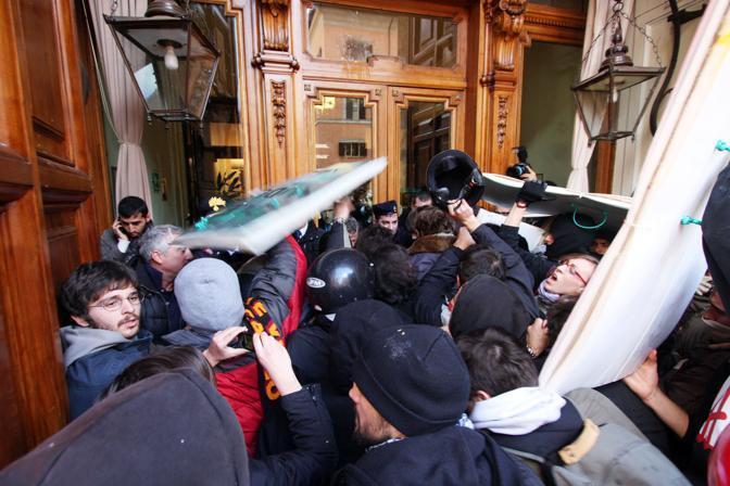 Gli studenti che hanno fatto irruzione nell'ingresso di palazzo Madama sono stati allontanati dalle forze dell'ordine (Jpeg)