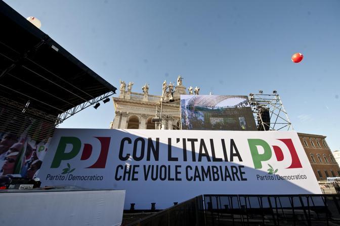 In migliaia da tutta Italia a Roma per la manifestazione indetta dal Pd contro il governo: due cortei che si uniscono poi in piazza San Giovanni, dove si tiene il comizio del segretario Pierluigi Bersani (Ansa)
