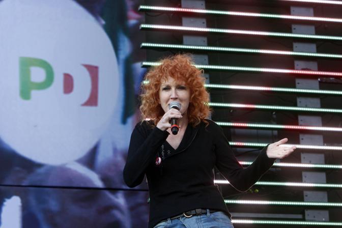 Fiorella Mannoia a sorpresa sul palco canta con Roy Paci «Clandestino» di Manu Chau (Graffiti)