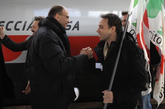 Il vicesegretario del Pd Enrico Letta accoglie i manifestanti in arrivo alla stazione Termini di Roma (Emblema)