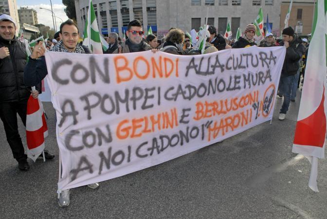Manifestanti alla partenza del corteo in piazzale dei Partigiani (Agf)