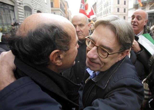 Oliviero Diliberto abbraccia Bersani (Ansa)