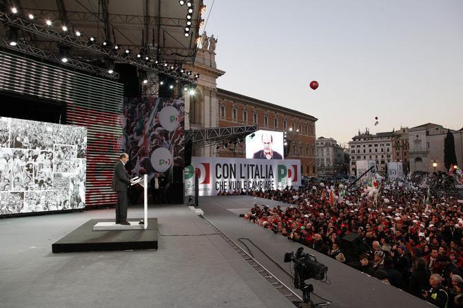 Pier Luigi Bersani sul palco (Blowup)