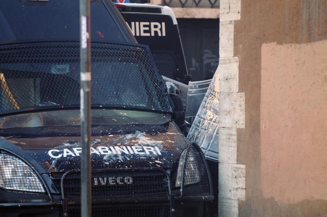 Studenti in piazza contro il governo: scontri e tafferugli. Vernice lanciata su una camionetta dei carabinieri (Lapresse)