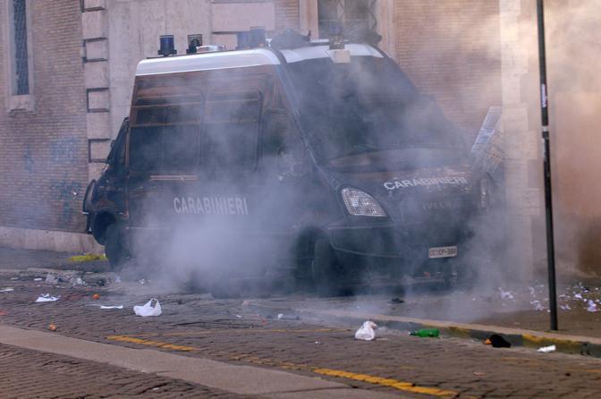 Studenti in piazza contro il governo: scontri e tafferugli. Una camionetta dei carabinieri  fatta bersaglio del lancio di bottiglie e altri oggetti (Lapresse)