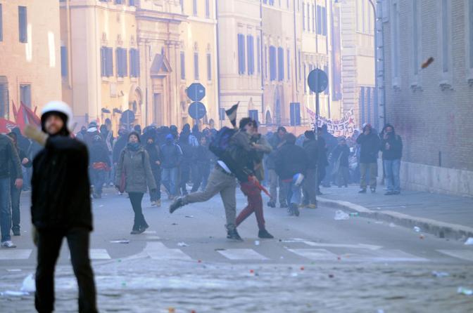 Studenti in piazza contro il governo: scontri e tafferugli in tutto il centro storico di Roma (Ap)