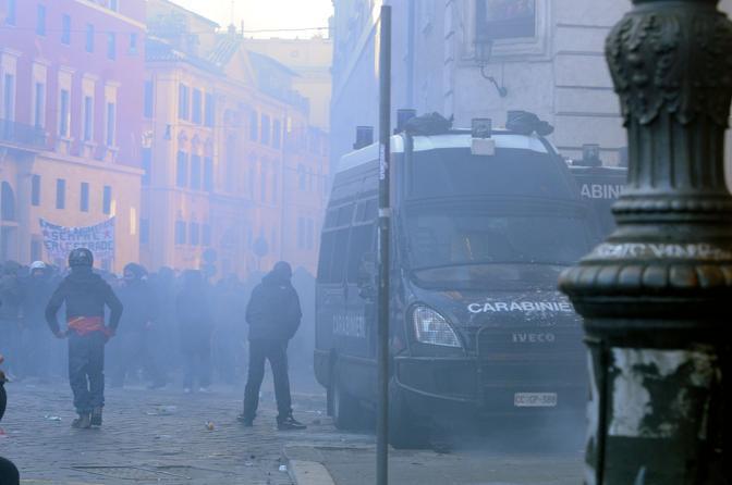 Studenti in piazza contro il governo: scontri e tafferugli. Nebbia da fumogeni dopo la guerriglia (Eidon)