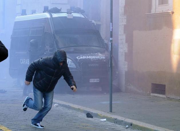 Studenti in piazza contro il governo: scontri e tafferugli. Un dimostrante fugge al lancio dei fumogeni (Milestone)
