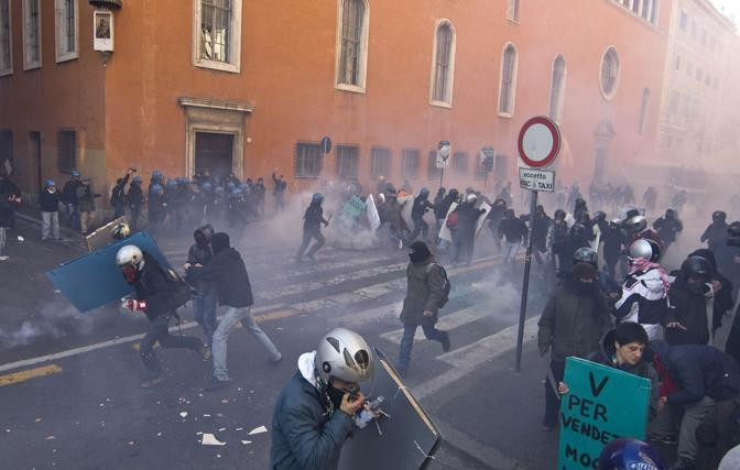 Studenti contro il governo: scontri vicino a Camera e Senato; alcuni manifestanti hanno esploso  bombe carta in via Uffici del Vicario. Le forze dell'ordine respingono i manifestanti (Ansa/Percossi)