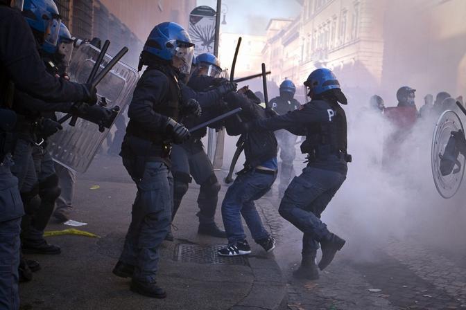 Studenti in piazza contro il governo: scontri e tafferugli. Agenti di polizia affrontano i dimostranti con i manganelli (Milestone)