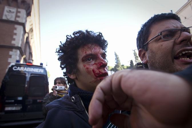 Studenti in piazza contro il governo: scontri e tafferugli. Un dimostrante ferito nella fase èiù acuta della guerriglia urbana di martedì 14 a Roma (Eidon)