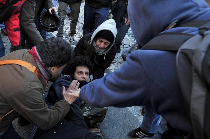 Studenti in piazza contro il governo: scontri e tafferugli. Un altro ragazzo ferito nella fase più acuta del contatto tra dimostranti e forze dell'ordine (Lapresse)