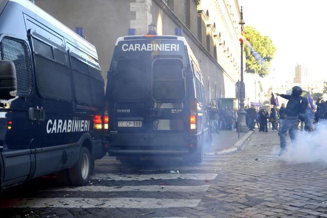 Studenti in piazza contro il governo: scontri e tafferugli. Dimostranti lanmciano oggetti contro le  camionette dei carabinieri (Lapresse)
