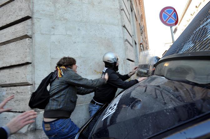 Studenti in piazza contro il governo: scontri e tafferugli. Dimostranti cercano di sfondare una barriera creata dai carabinieri in un varco della «zona rossa» (Lapresse)