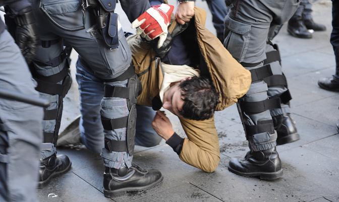 Studenti in piazza contro il governo: scontri e tafferugli. Un ragazzo fermato (Ansa)