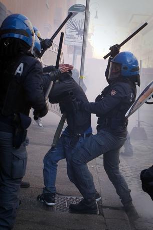 Studenti in piazza contro il governo. Agenti con Manganelli (Lapresse)