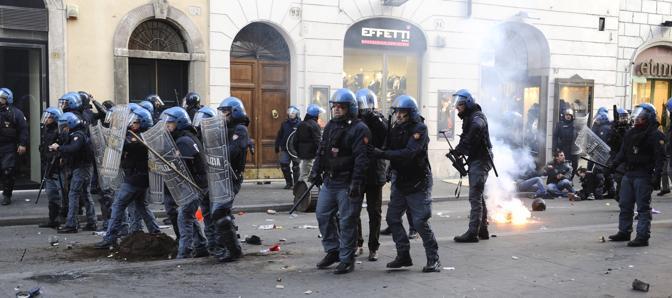 Studenti in piazza contro il governo: scontri e tafferugli (Ansa)
