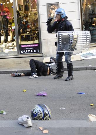 Studenti in piazza contro il governo: scontri e tafferugli. Uno studente ferito a terra vicino ad un agente di polizia (Ansa)