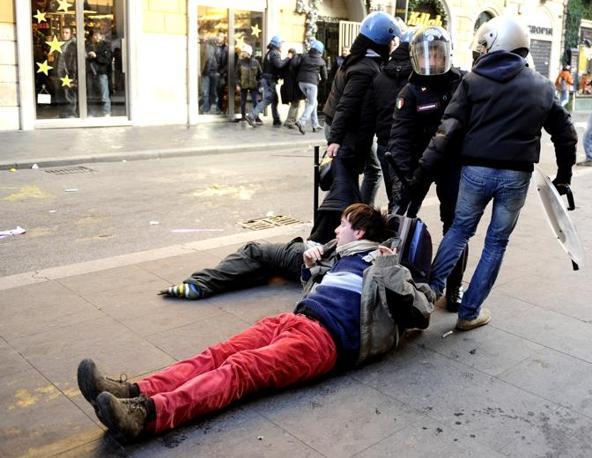 Studenti in piazza contro il governo: scontri e tafferugli. Agenti trascinano via due dimostranti (Ansa)