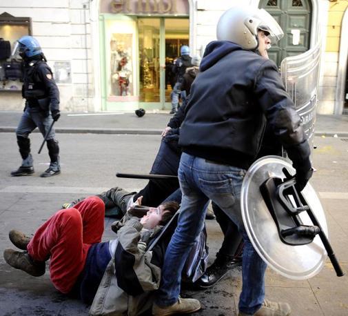 Studenti in piazza contro il governo: scontri e tafferugli. Agenti trascinano via due dimostranti   (foto Ansa)