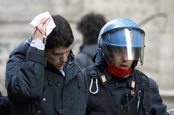 Studenti in piazza contro il governo: scontri e tafferugli. Un ragazzo ferito (Reuters)