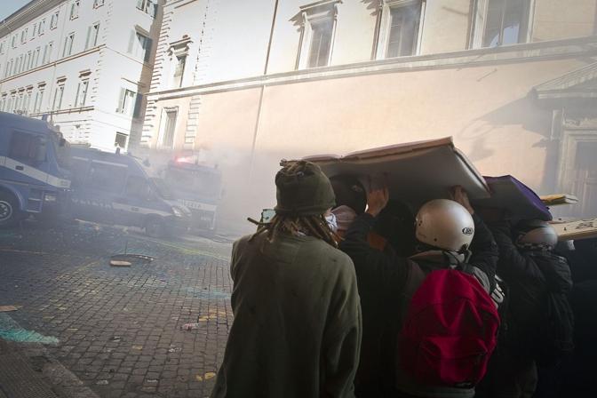 Studenti in piazza contro il governo: scontri e tafferugli. Dimostranti si proteggono con gli scudi di gomma a forma di libri (Reuters)