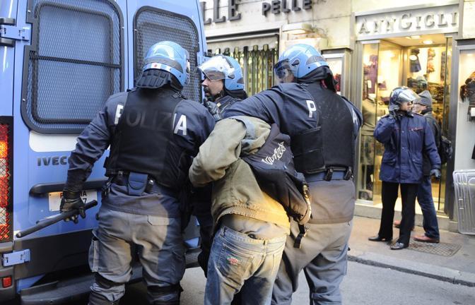 Studenti in piazza contro il governo: scontri e tafferugli. Agenti trascinano via un fermato (Ansa)