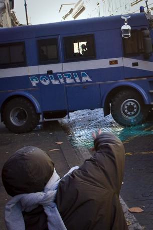 Studenti in piazza contro il governo: scontri e tafferugli. Il lancio di un bicchiere (Lapresse)