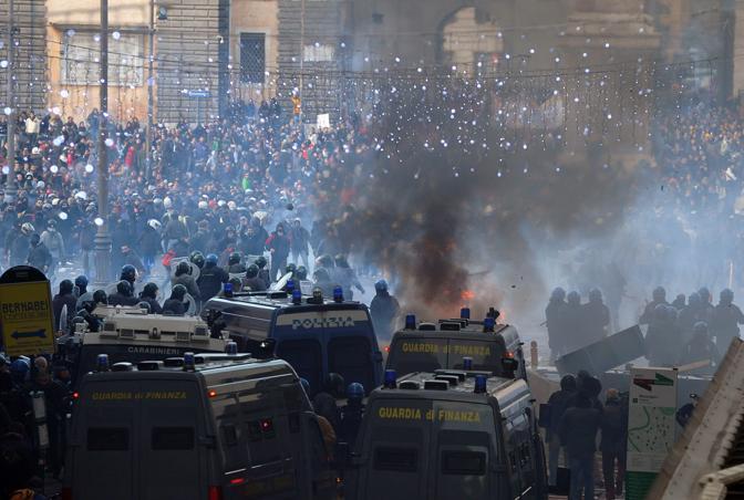 Studenti in piazza contro il governo: scontri e prove di guerriglia urbana a Roma (Ansa)