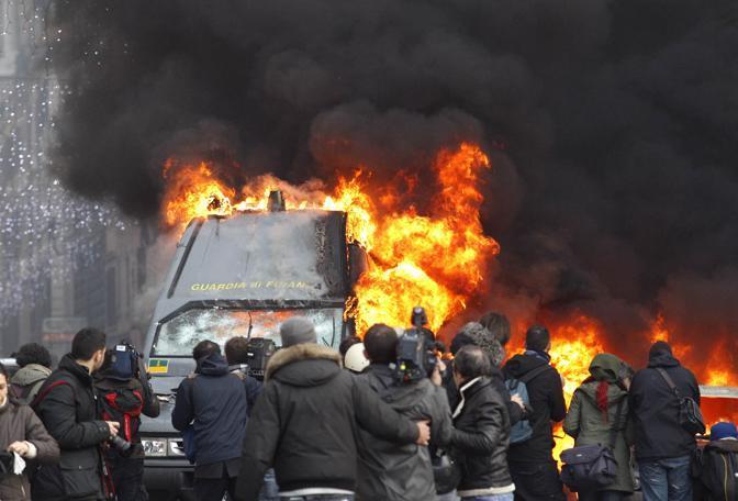 Studenti in piazza contro il governo: scontri e tafferugli. Un blindato della Finanza a fuoco (Reuters)