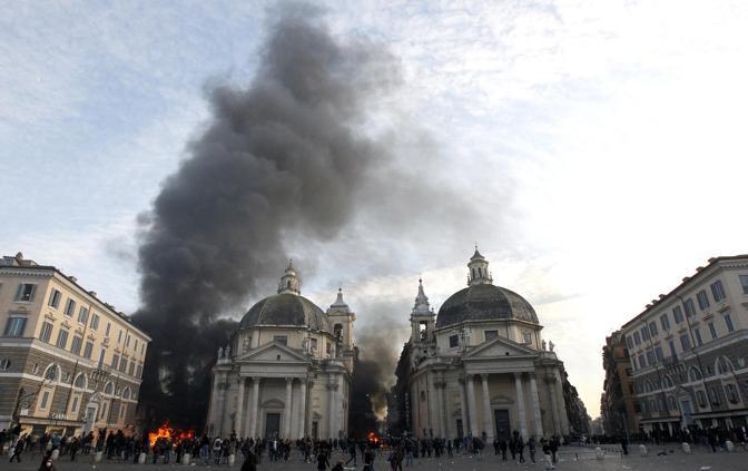 Studenti in piazza contro il governo: scontri e tafferugli. Incendi in piazza del Popolo (Reuters)