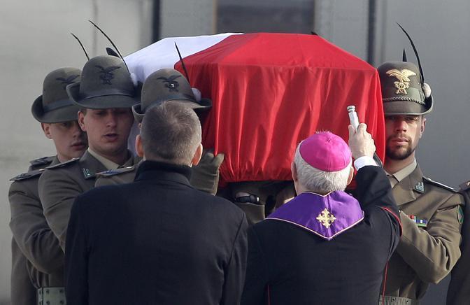 La salma trasportata dai commilitoni, è benedetta all'arrivo a Ciampino (Ap)