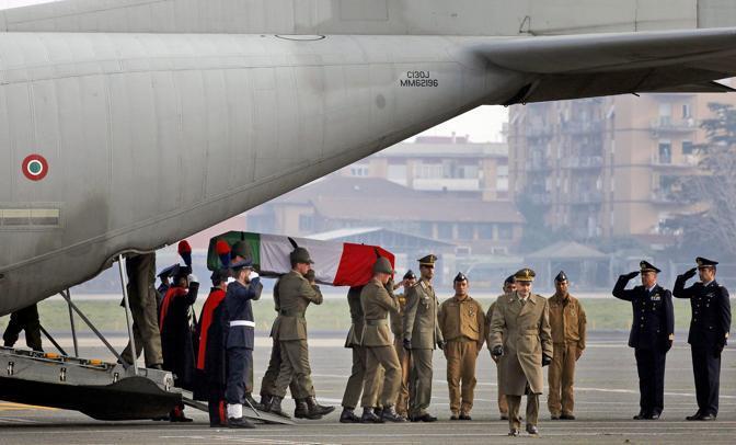 Il momento dell'uscita del feretro dal C 130 dell'Aeronautica Militare (Ansa)