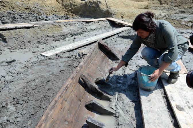 Il prezioso reperto è comparso durante gli scavi per la costruzione del Ponte della Scafa che collegherà Ostia a Fiumicino (Foto Faraglia)