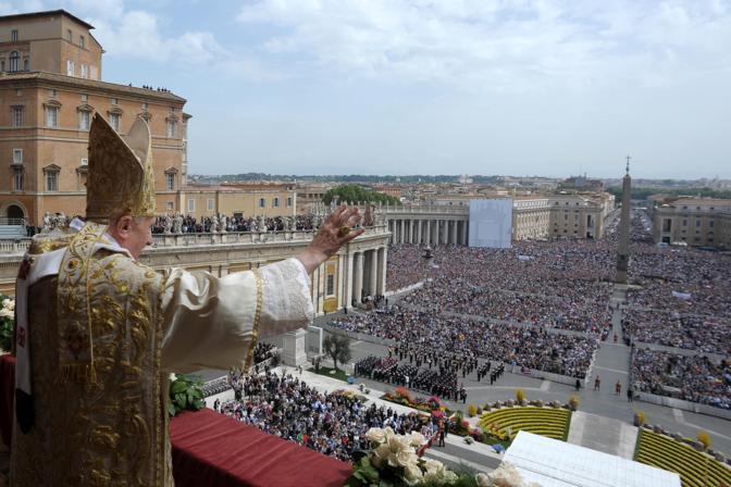 Alla sesta celebrazione della Pasqua, Benedetto XVI ha fatto il suo ingresso in piazza sulla Papamobile e la messa si è svolta sul sagrato della piazza disegnata dal Bernini. Migliaia di persone hanno ricevuto la benedizione papale «Urbi et Orbi», cioè «alla città e al mondo» (Foto Ansa)
