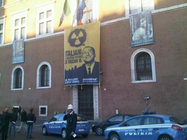 Blitz di Greenpeace all'alba di lunedì: attivisti hanno srotolato uno striscione sulla facciata di Palazzo Venezia. Il manifesto di protesta chiede che venga rispettato il diritto al voto popolare nel referendum contro il nucleare (foto Zanini)