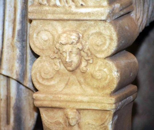 Ecco Caligola: le prime immagini della statua-colosso dell'imperatore, salvata dalle Fiamme Gialle poco prima che venisse trafugata all'estero e presentata dal sottosegretario Giro (foto Proto)
