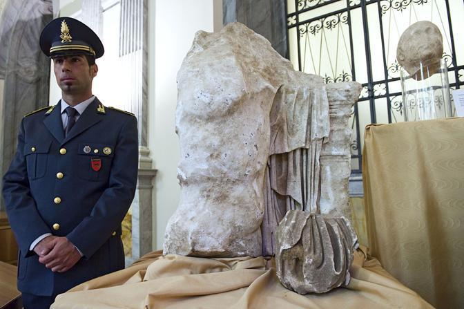 Ecco Caligola: le prime immagini della statua-colosso dell'imperatore, salvata dalle Fiamme Gialle poco prima che venisse trafugata all'estero e presentata dal sottosegretario Giro (foto Eidon)