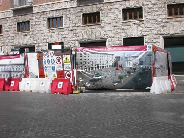 Piazza San Silvestro, restyling contestato: rivolta contro le 23 panchine «scomode e simili a sepolcri». Nella foto la prima parte del cantiere aperto a fine giugno (foto Zanini)