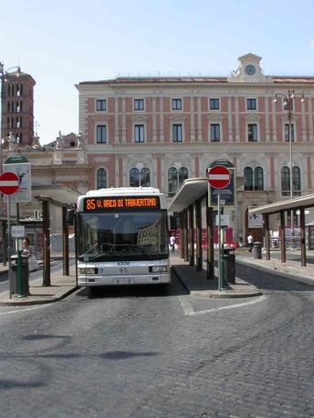 Piazza San Silvestro, restyling contestato: rivolta contro le 23 panchine «scomode e simili a sepolcri». Nella foto, autobus al capolinea che verrà trasferito (foto Zanini)