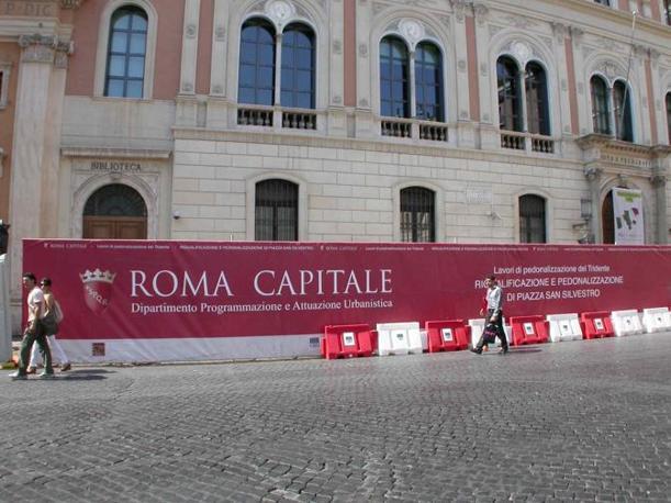 Piazza San Silvestro, restyling contestato: rivolta contro le 23 panchine «scomode e simili a sepolcri». Nella foto, il cantiere davanti alle Poste centrali (foto Zanini)