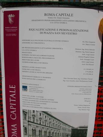 Piazza San Silvestro, restyling contestato: rivolta contro le 23 panchine «scomode e simili a sepolcri». Nella foto, il cartello che annuncia l'appalto (foto Zanini)