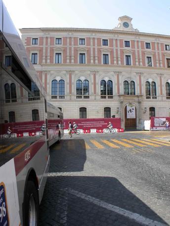 Piazza San Silvestro, restyling contestato: rivolta contro le 23 panchine «scomode e simili a sepolcri». Nella foto, autobus e cantiere (foto Zanini)