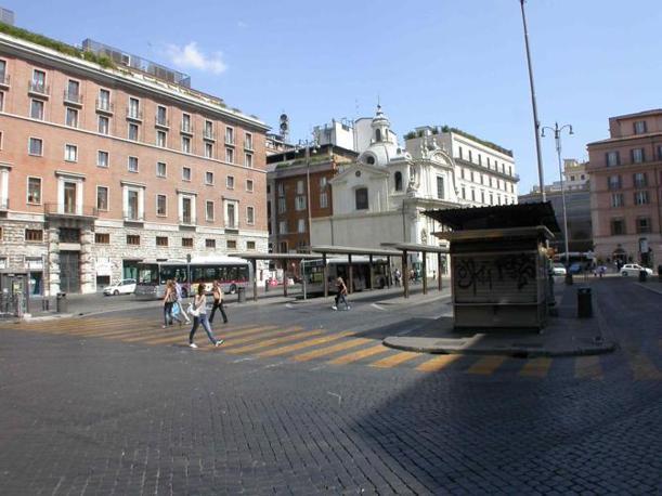 Piazza San Silvestro, restyling contestato: rivolta contro le 23 panchine «scomode e simili a sepolcri». Nella foto, sulla destra la vecchia edicola al capolinea (foto Zanini)